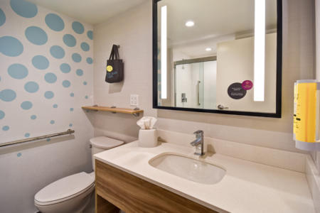 Tru by Hilton | New Deadwood Hotel | Guest Bathroom
